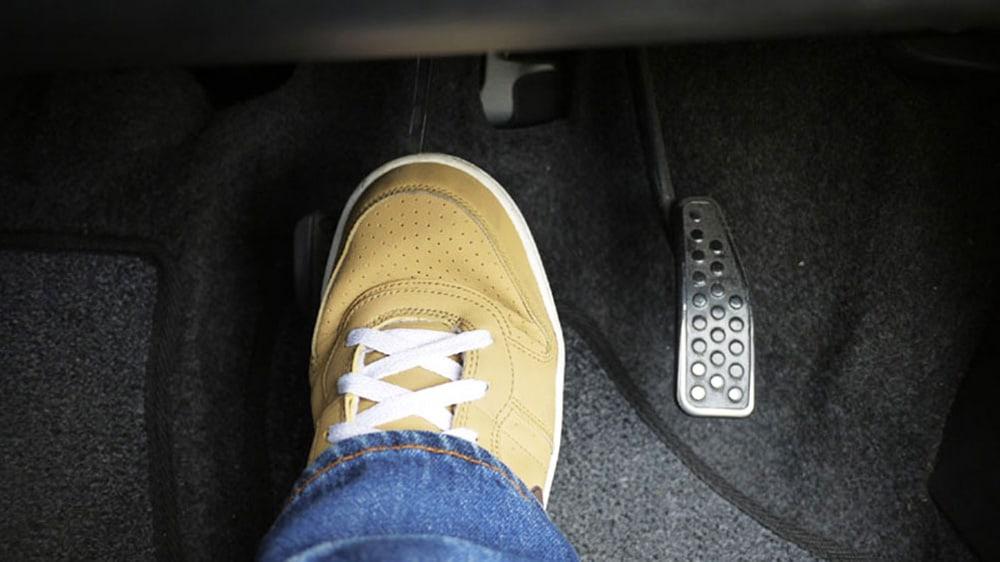 Nên hay không nên sử dụng hai chân khi lái xe số tự động? 1
