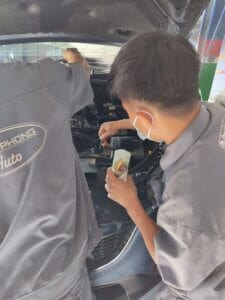 Maintenance Process of Car Engine compartment 5 Thanh Phong Auto HCM