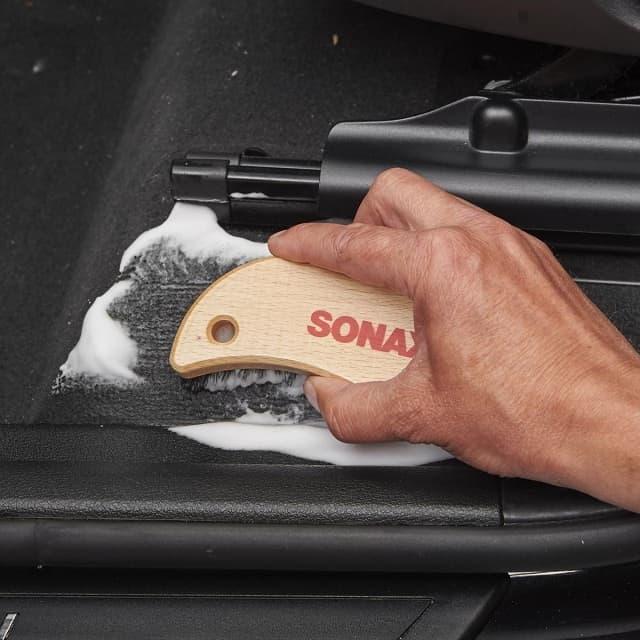 Nên dùng bản chải chuyên dụng để làm sạch sâu ghế da ô tô