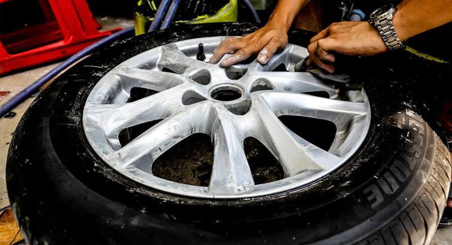 Hãy đến với garage uy tín để được nhân viên kỹ thuật tiến hành kiểm tra và sơn mâm xe ô tô