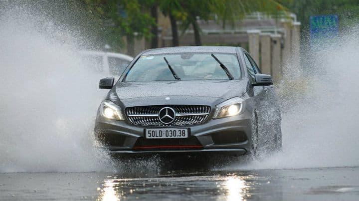 2 lưu ý khi sửa chữa, bảo dưỡng xe ô tô ngập nước (bị thủy kích) mùa mưa 1
