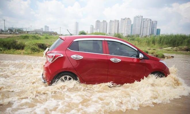 Sau khi xe di chuyển ở vùng ngập nước vào mùa mưa bão, bạn nên rửa xe và kiểm tra các bộ phận bên trong xe