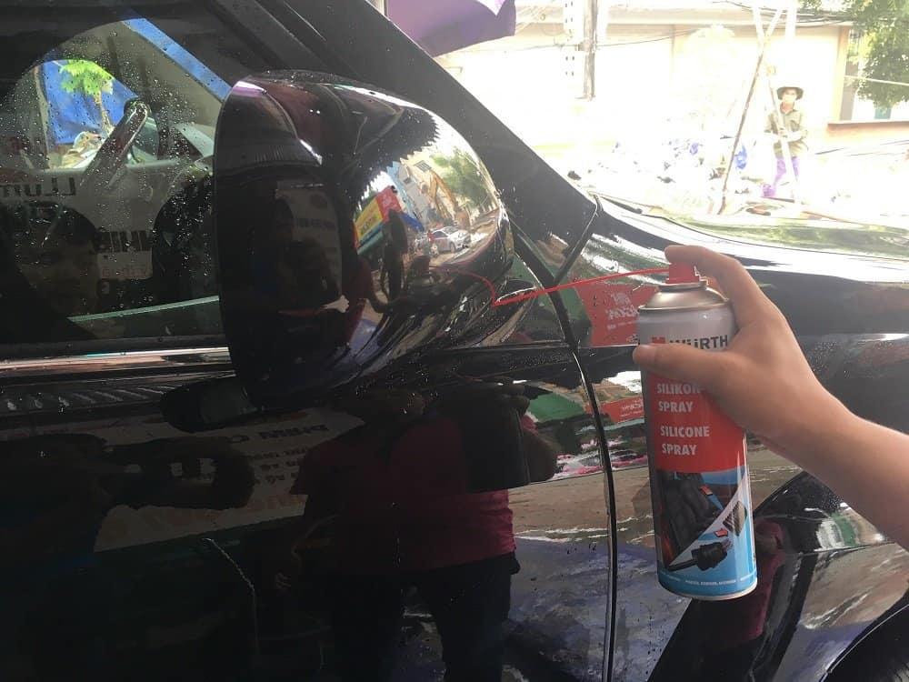 Bản lề cửa xe ôtô bị hư hỏng là do không vệ sinh trong một thời gian dài