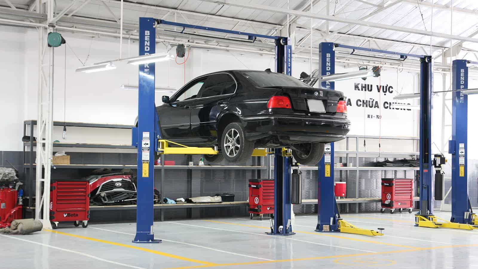 Hãy đến với garage uy tín để được nhân viên kỹ thuật tiến hành kiểm tra và sửa chữa cần ăng-ten xe ô tô