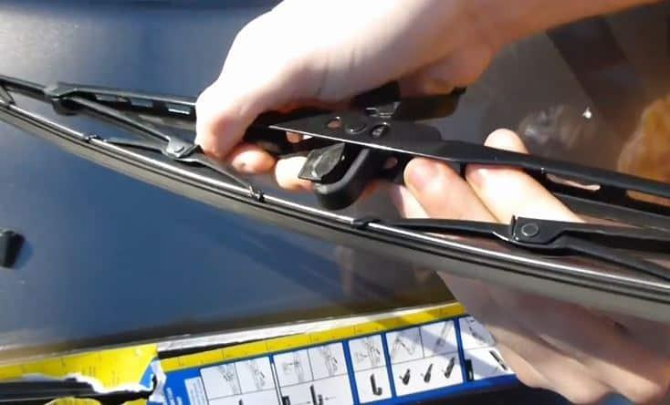 Cần sửa chữa cần gạt nước mưa xe ô tô khi trên bề mặt kính vẫn để lại đường gạt nước