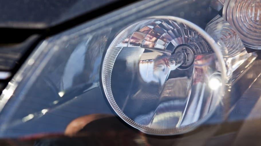 Lỗi ánh sáng đèn pha của xe ô tô mờ, nhấp nháy