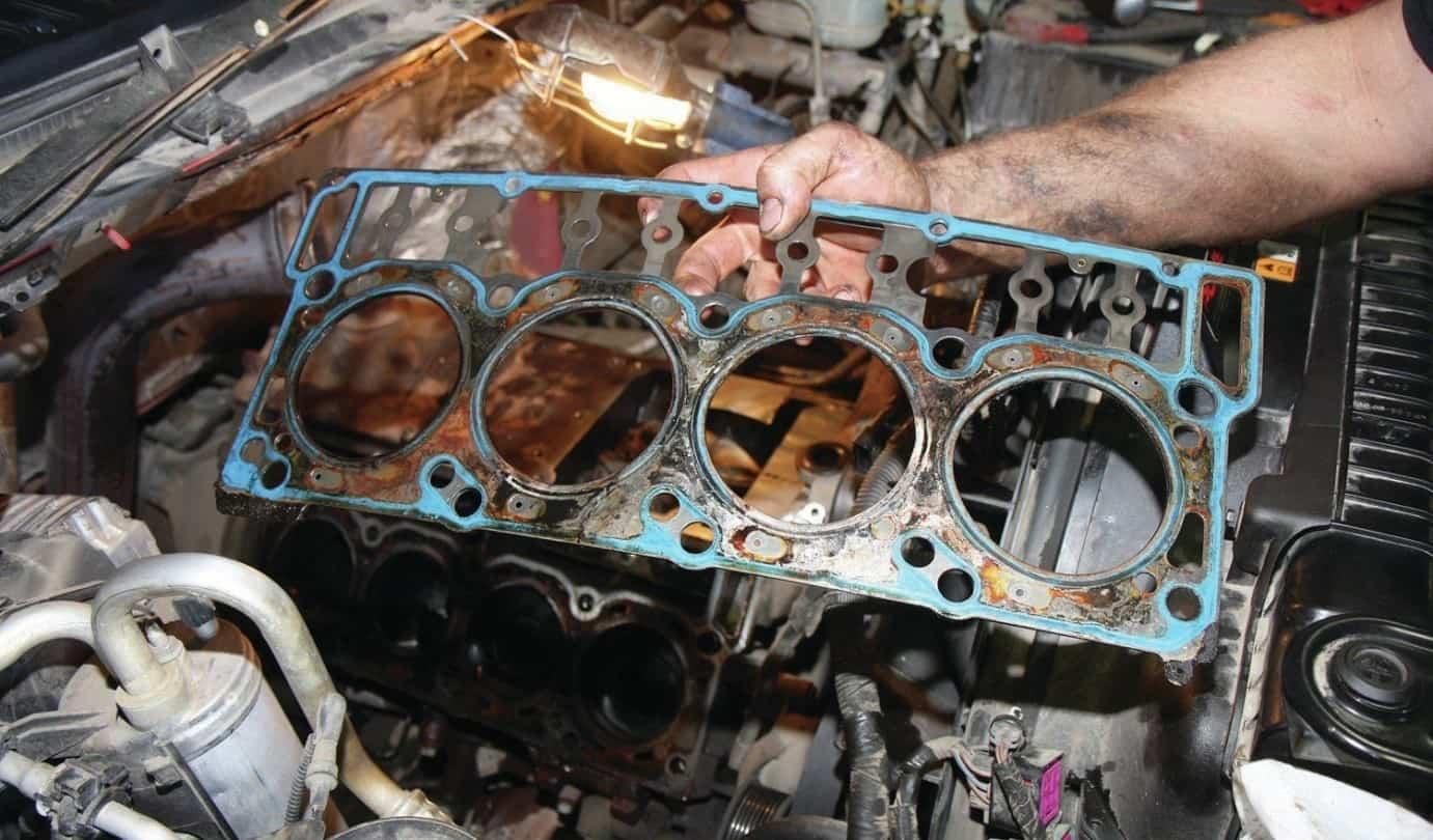 Dấu hiệu nắp máy động cơ xe ô tô bị rạn nứt
