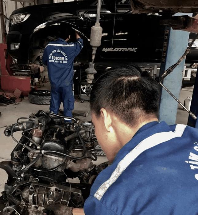 Nhân viên kỹ thuật tại gargage uy tín tiến hành sửa chữa nắp máy động cơ xe ô tô