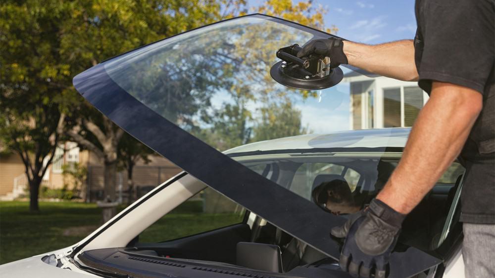 Kính chắn gió xe ôtô giúp che chắn nắng gió cho mọi người ngồi trong xe