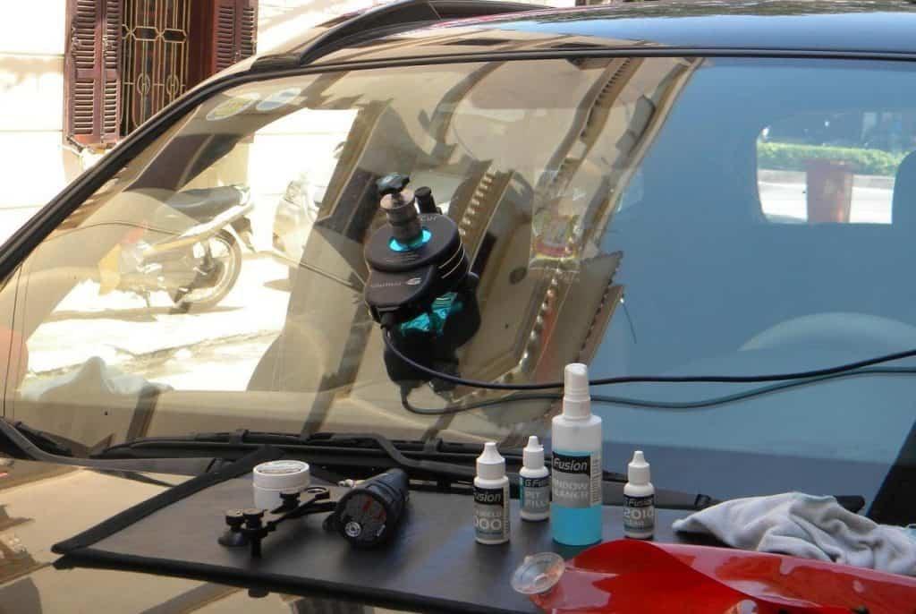 3 lưu ý khi sửa, thay kính chắn gió bị nứt xe ôtô 1