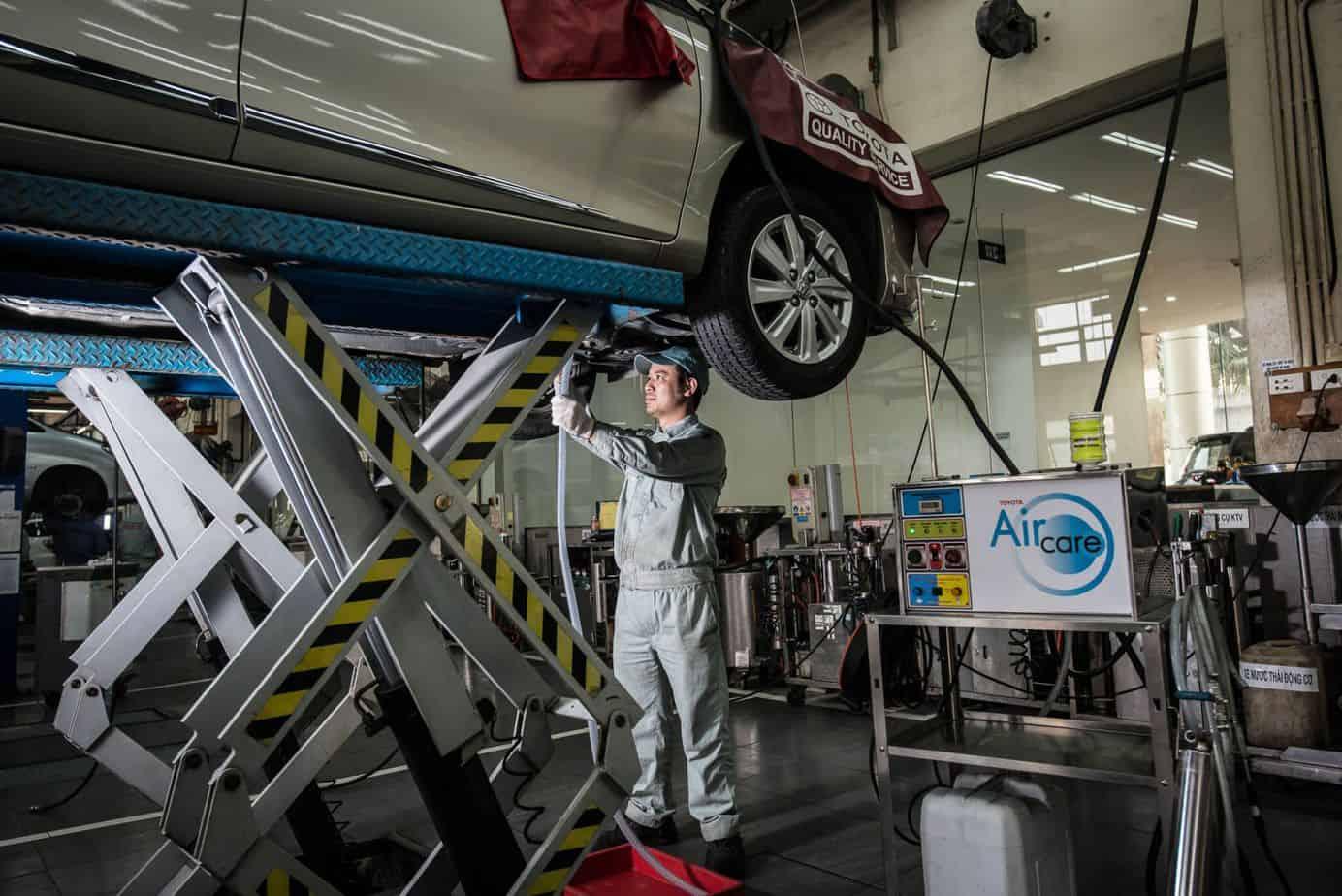 Bạn nên tìm đến garage uy tín để được nhân viên tiến hành kiểm tra bộ lọc gió xe ô tô
