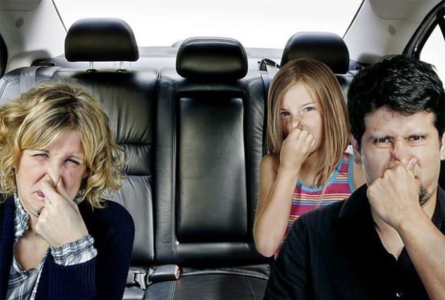 5 lời khuyên khi dọn vệ sinh, hút bụi, khử mùi hôi xe ô tô 1