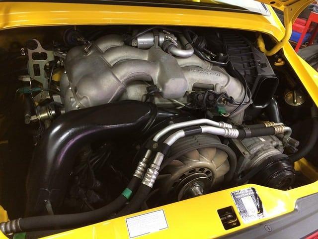 Thay dầu nhớt xe định kỳ để đảm bảo mọi động cơ hoạt động ổn định