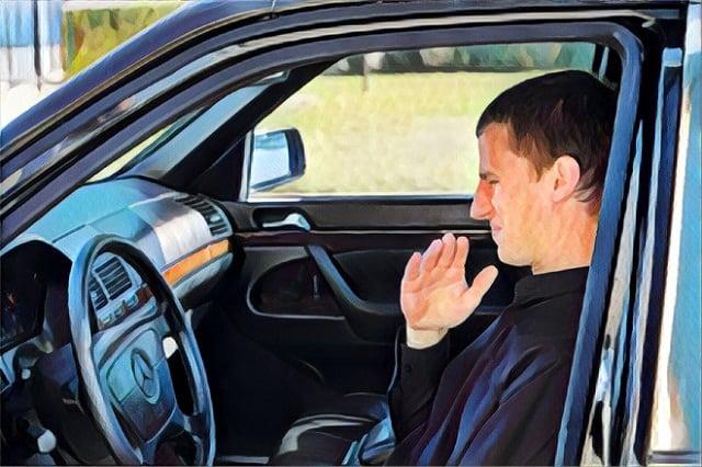 Điều hòa của ô tô cần được bảo dưỡng khi có mùi hôi khó chịu