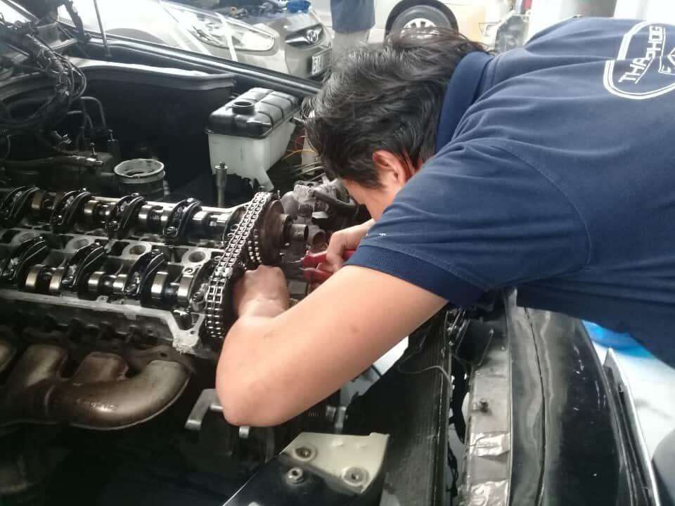 Động cơ xe ô tô Chrysler không nổ do ống xăng bị tắc