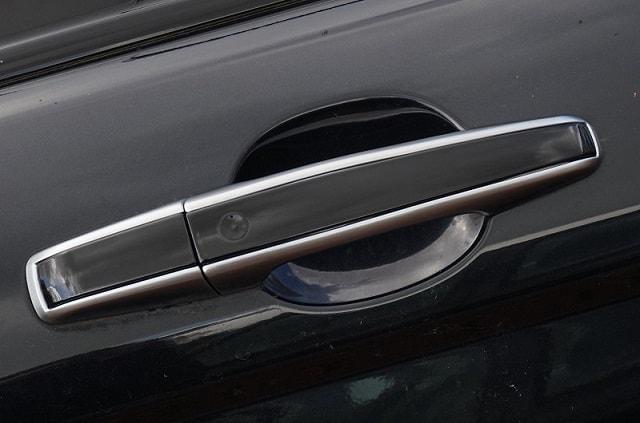 Tay nắm cửa là một bộ phận của xe ô tô khá dễ dàng để thay thế